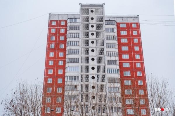 По предварительным данным, мужчина выпал с пятого этажа