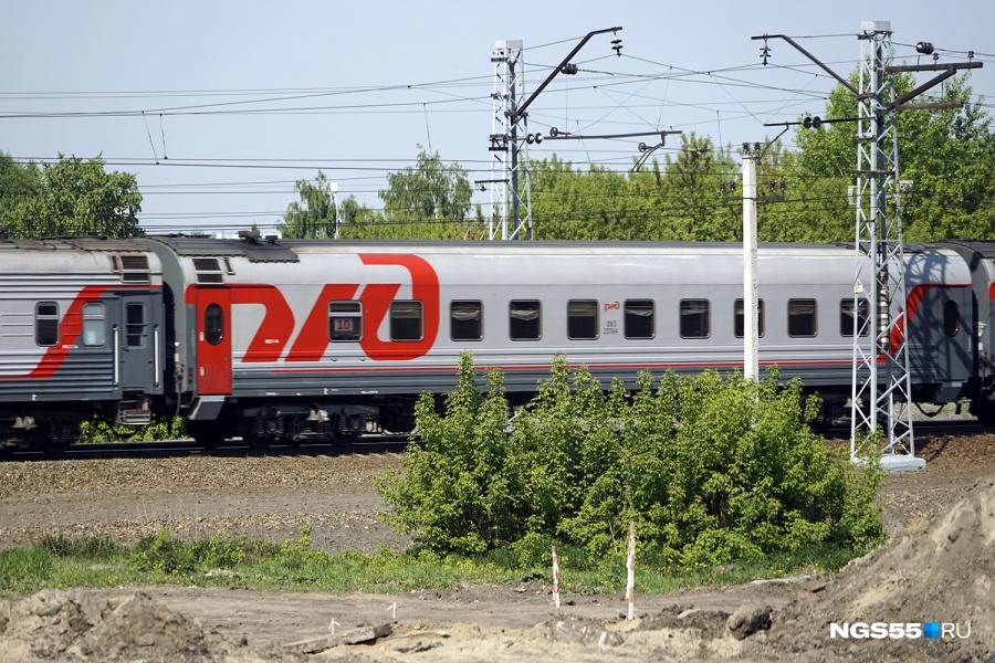ВОмской области трое молодых людей обкидали яблоками пассажирский поезд