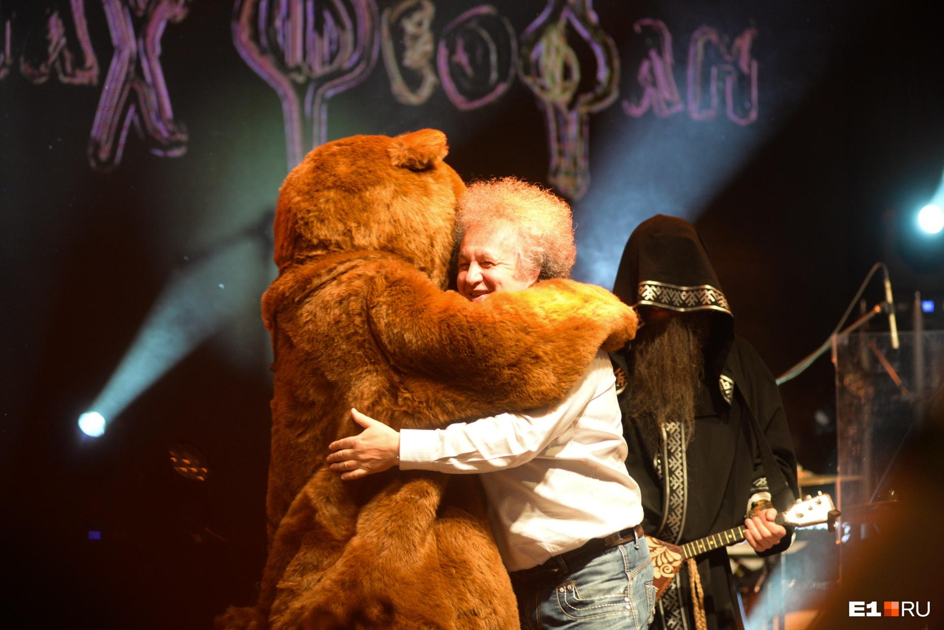 Евгений Горенбург обнимается со знаменитым мишкой Нейромонаха Феофана на «Старом новом роке — 2019»