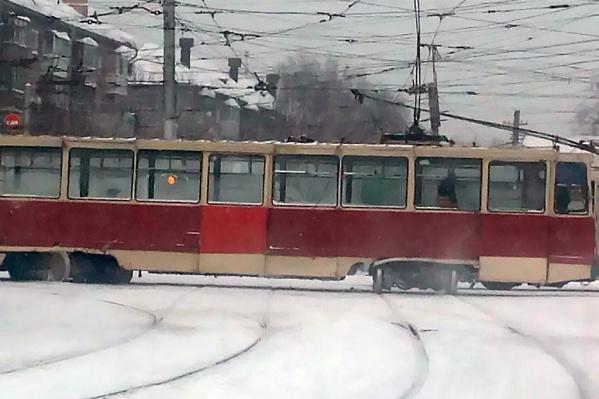 Авария случилась около 11:30 — под трамваем развернулась колёсная пара