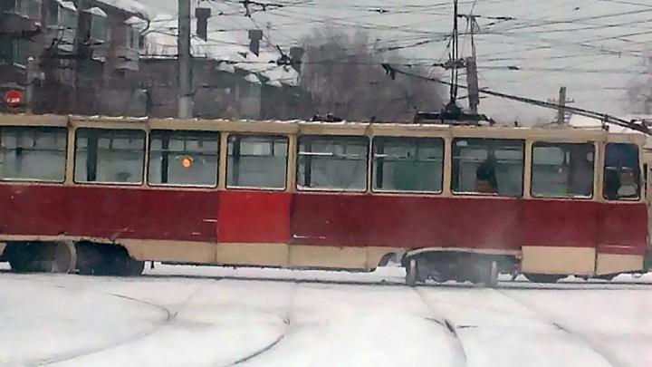 Трамвай потерял колёса на ходу и сошёл с рельсов на Учительской