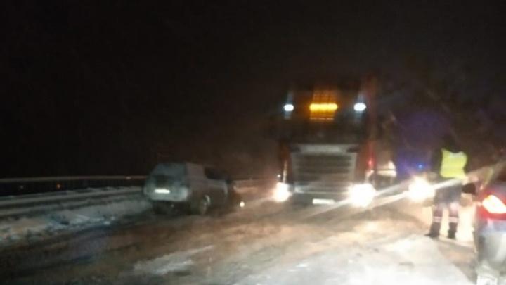 Лобовые столкновения и десятки машин в кюветах: последствия снегопада в Свердловской области