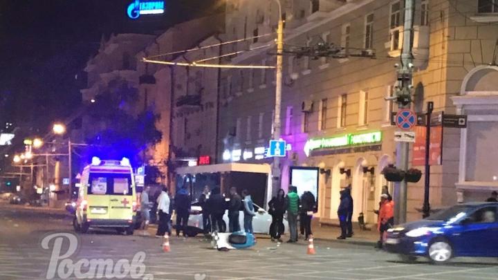 В центре Ростова сбили скутериста, ехавшего на красный свет