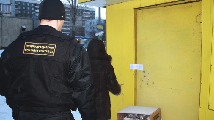 Приставы и полиция нагрянули в дома курганцев