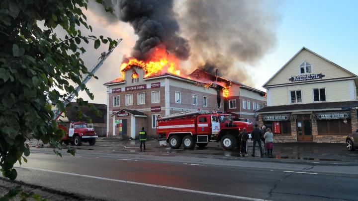 В Ярославской области загорелся торговый центр: фото и видео с места ЧП