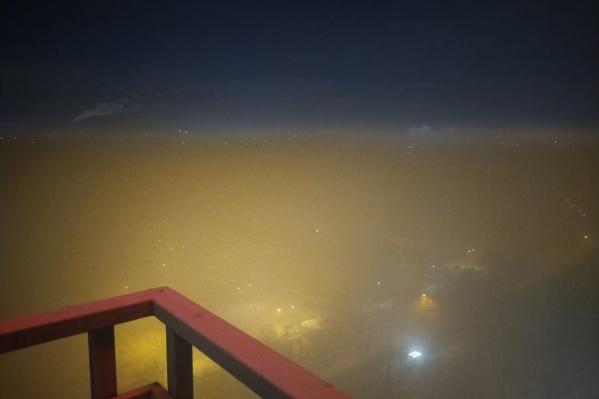 Улиц и домов не видно, зато заметно, что в городе был не просто туман