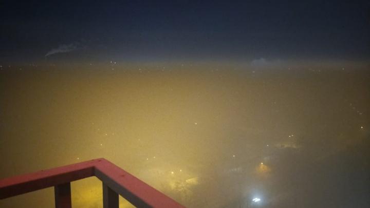 «Хоть топор вешай»: смог, из-за которого в метре ничего не было видно, напугал челябинцев