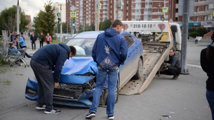 Женщину подбросило в воздух: авария на Ботанике, где Hyundai снес людей на тротуаре, попала на видео