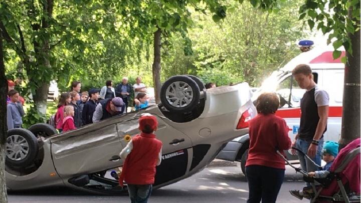Машина перевернулась на крышу: в Тольятти на бульваре Королева столкнулись две легковушки