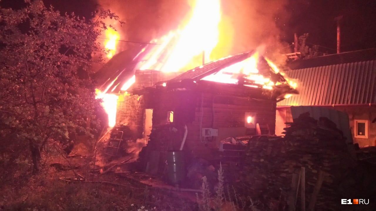Огонь перекинулся с бани на дом