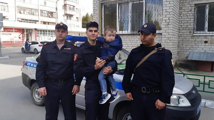Растянули одеяло и вызвали полицию: тюменцы спасли малыша, который высунулся из окна пятого этажа