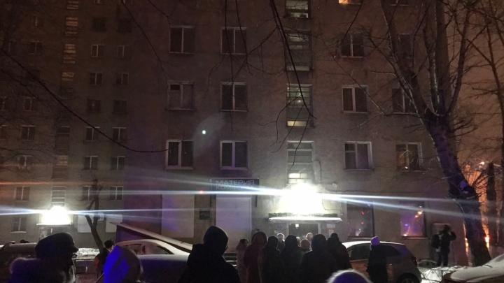 Сильный пожар в девятиэтажке на Ленина: спасатели выводили сонных жильцов с детьми