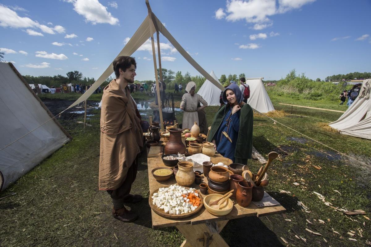Пока мужчины сражались, девушки готовили еду