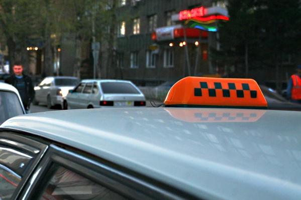Таксисту удалось открыть багажник, выбраться из него и сообщить о случившемся коллегам