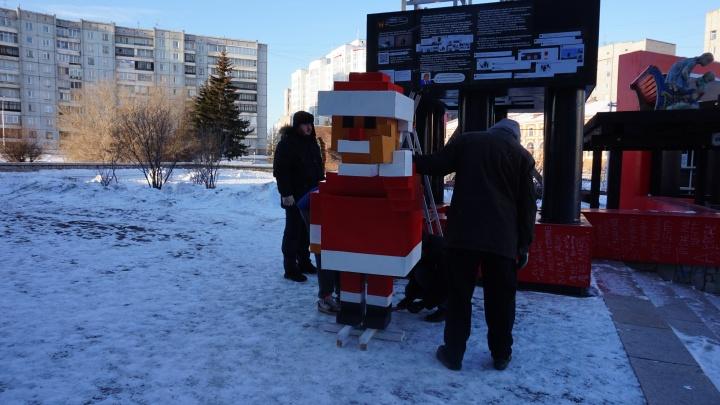 На площади у музейного центра поставили пиксельный памятник Деду Морозу