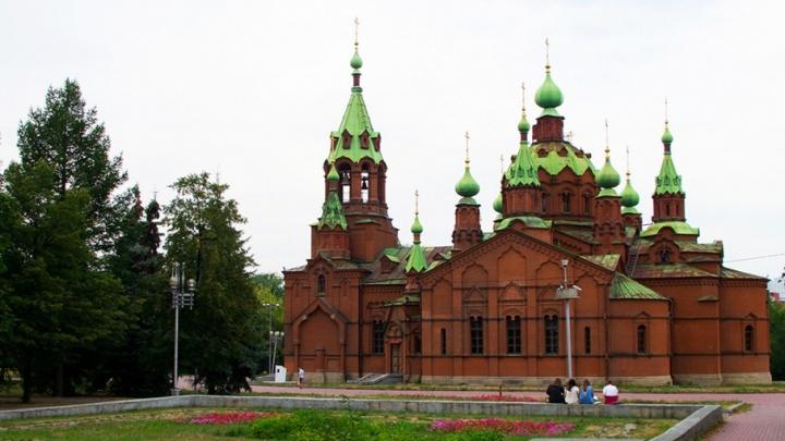 «Еле отстояли машину батюшки»: для храма Александра Невского попросили парковку на Алом Поле
