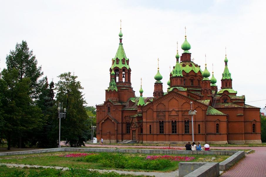 Сейчас прихожане храма вынуждены оставлять машины на пешеходной зоне на Свердловском проспекте
