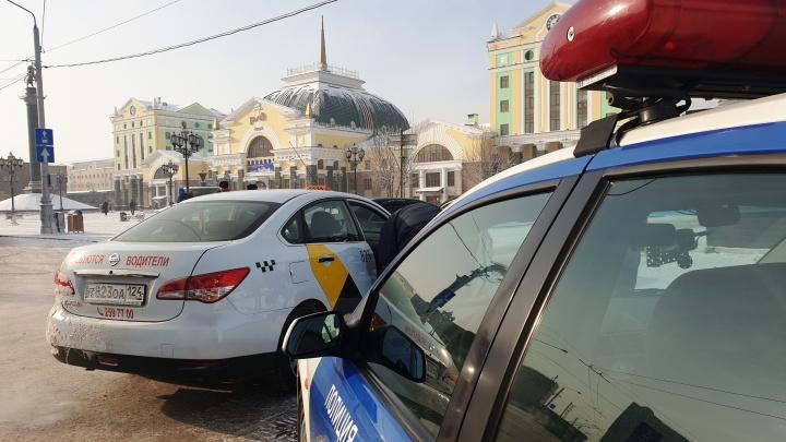 Инспекторы устроили рейд по таксистам у вокзала и назвали самые частые нарушения