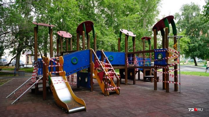 В Тюмени шестилетняя девочка пострадала, застряв в спирали на детской площадке