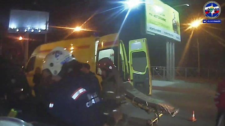 Видео: спасатели вытащили двух пострадавших из дымящейся «Мазды» на Димитровском мосту