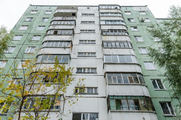 Мужчина замазывал швы между панелями дома