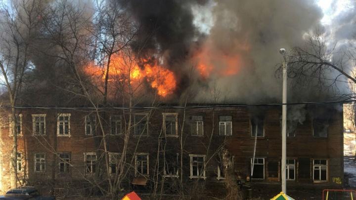 В Ярославле полыхает дом: из окна выпрыгнул мужчина. Онлайн-трансляция с места ЧП