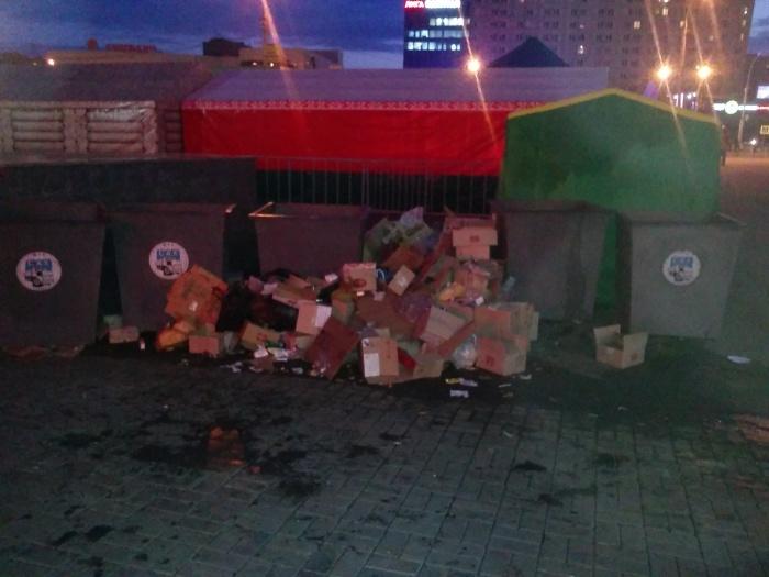 Коробки свалены сразу за лотками возле мусорок