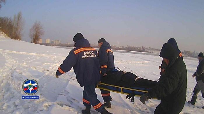 Рыбака, которому стало плохо на льду, до скорой помощи тащили спасатели