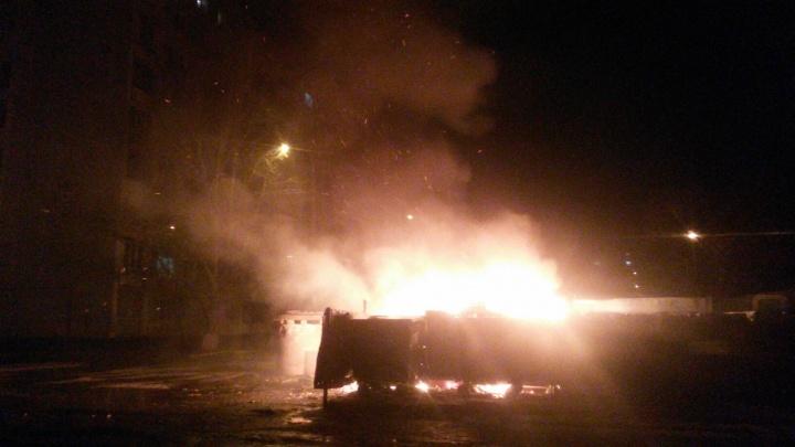 «Четыре дня не вывозили мусор — бомбануло»: на юге Волгограда сгорели переполненные баки с отходами