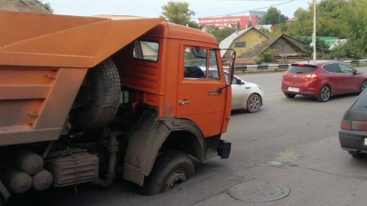 Под колесами КАМАЗа в центре Уфы провалился асфальт