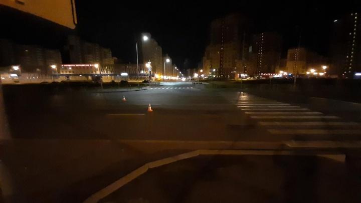 На Монтажников грузовик насмерть сбил жителя Петербурга, переходившего дорогу в наушниках