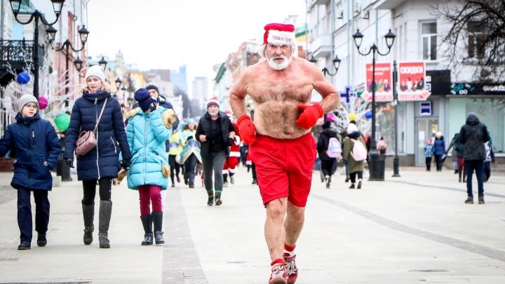 Забег Дедов Морозов по Большой Покровской в 15 кадрах