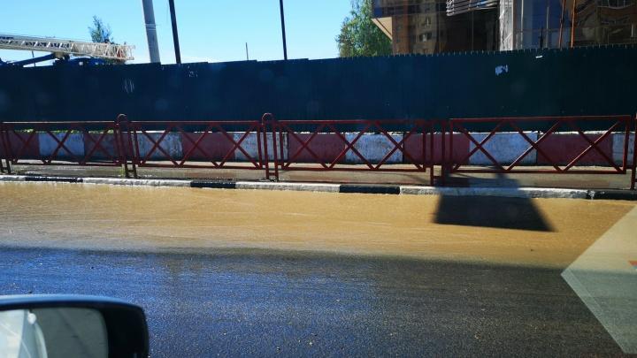 «Вода хлещет, как в горной реке»: в Ярославле затопило один из главных проспектов