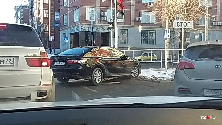 «Я паркуюсь, как...»: автохам на перекрестке Володарского — Челюскинцев и машины на «зебрах»