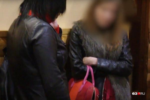 Женщины стыдливо прятали лица