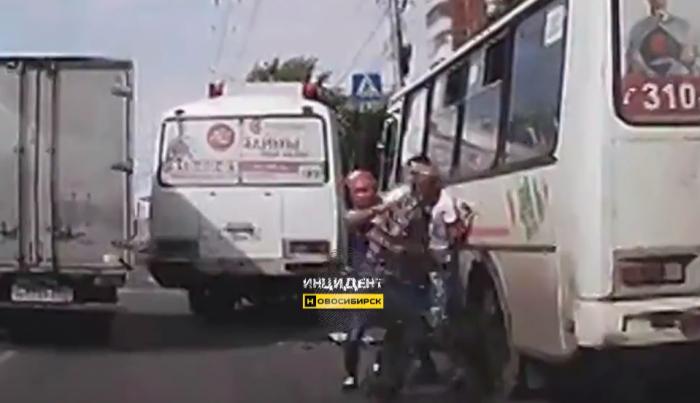 Водители автобусов бросили пассажиров и устроили драку на проезжей части улицы