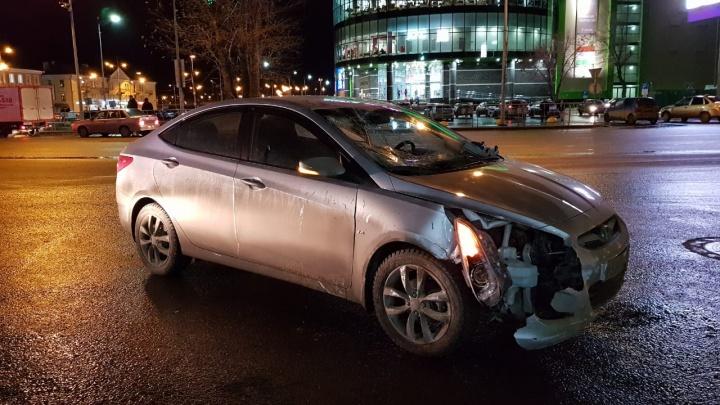 Три женщины получили переломы: подробности аварии у ТЦ «Вояж», где иномарка сбила толпу пешеходов