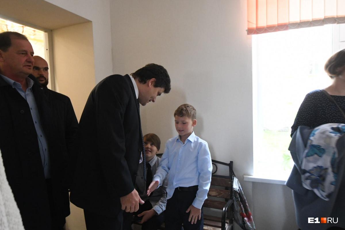 В школу пришел Александр Высокинский, а сейчас он у директора