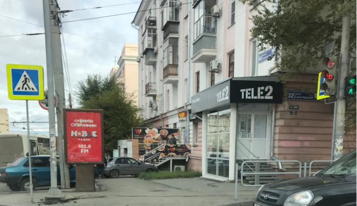 В центре Челябинска маршрутка вылетела на парковку, разбив машины и крыльцо магазина