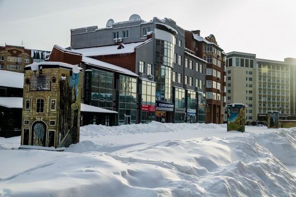 В таком виде зимой предстает Литературный бульвар. Проходы к заведениям убирают собственники