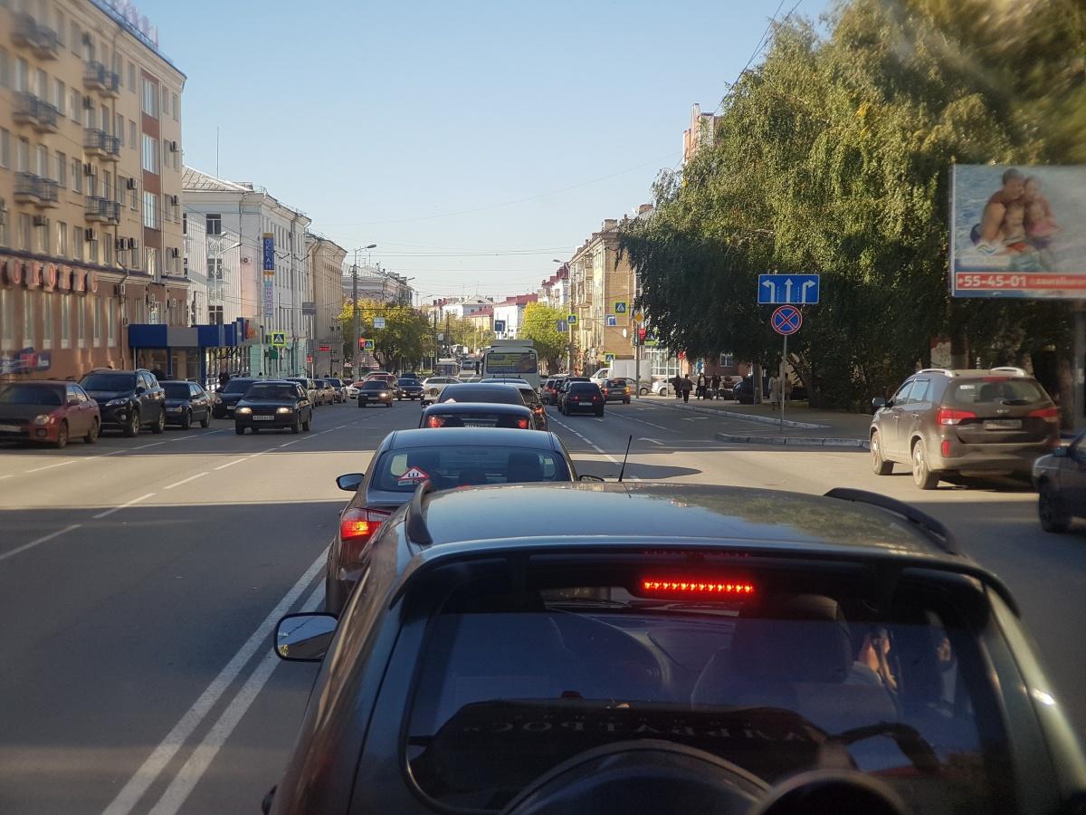 Пробка, по мнению водителей, началась до перенастройки светофора — с перекрытия улицы Мяготина. А светофор лишь усилил негативный эффект