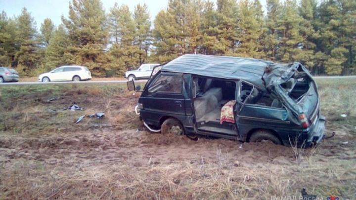 Под Волгоградом перевернулся микроавтобус: двое ранены