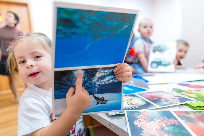 Воспитатели детсада в «Вишнёвой горке» изучают с малышами английский с пелёнок и знакомят с окружающим миром