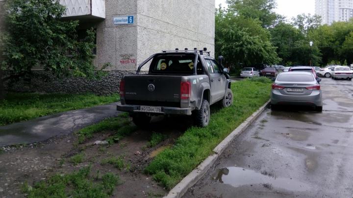 Свердловские депутаты окончательно отменили штраф для гряземесов за парковку на газонах