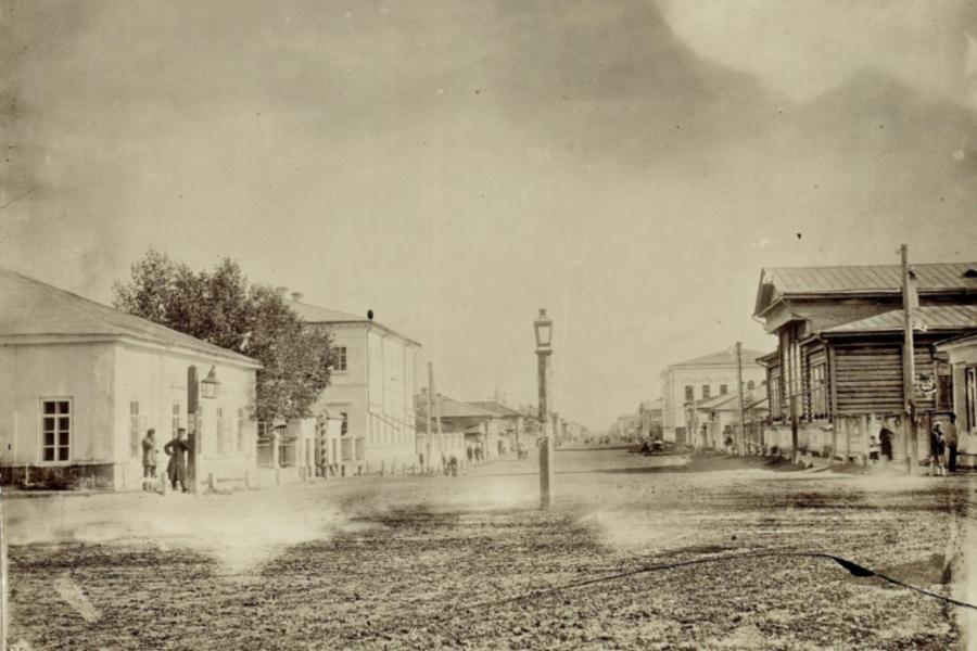 Перспектива улиц Воскресенской от Почтамтского (ныне ул. Перенсона) переулка в сторону Стрелки в 1890 году