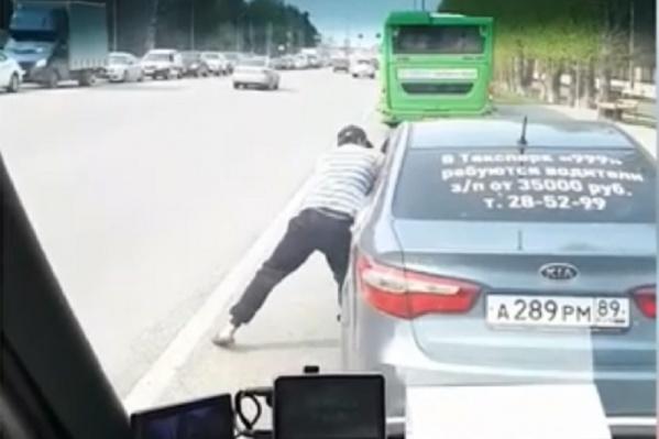 Водитель маршрутки затолкал таксиста обратно в машину
