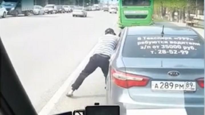 На Московском тракте водитель маршрутки и таксист подрались на глазах у пассажиров