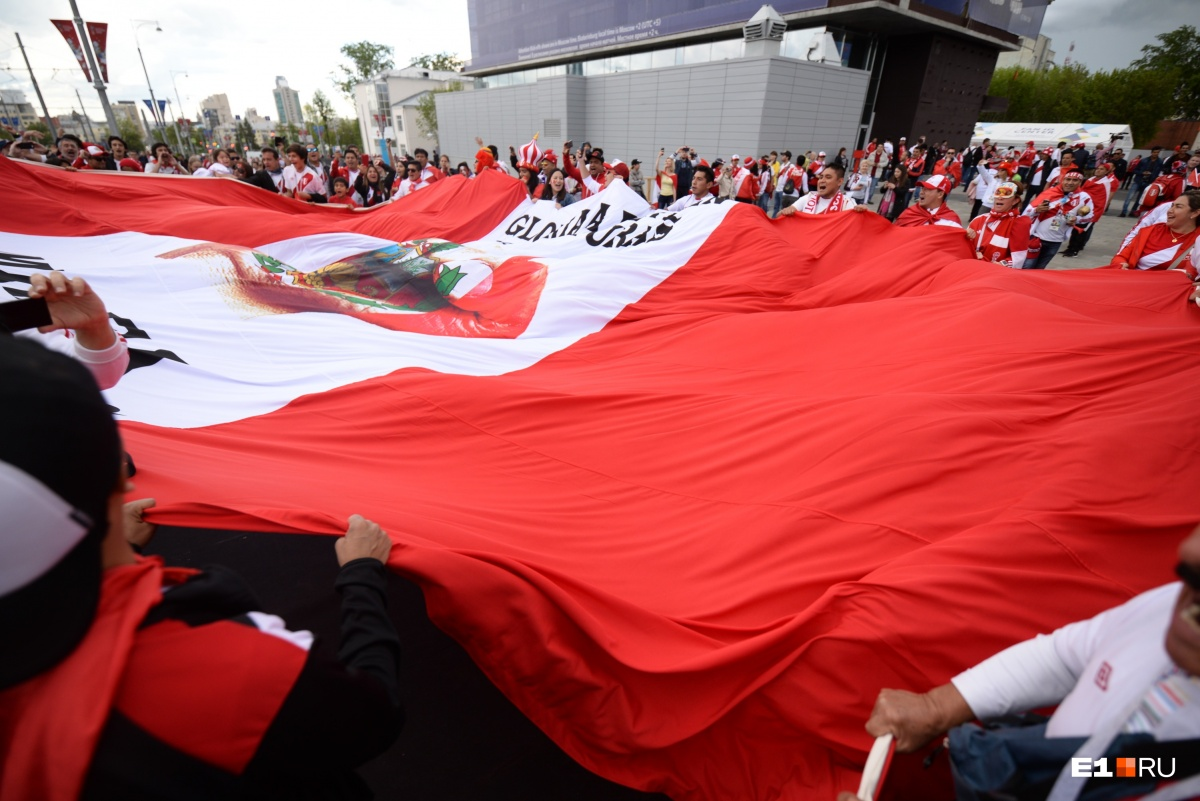Это очень большой флаг. Просто гигантский!