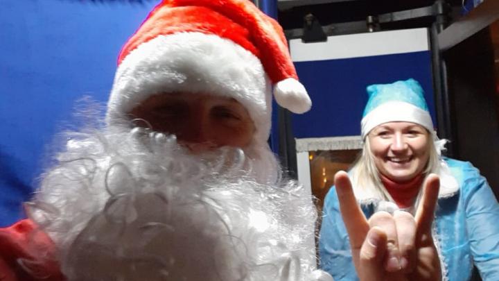 «Все аж визжат»: водитель и кондуктор автобуса нарядились в Деда Мороза и Снегурочку