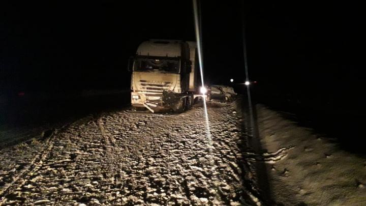 На трассе в Свердловской области Lada Kalina вылетела на встречку в грузовик: двое человек погибли